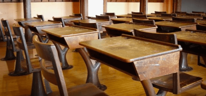 塾の机が汚くないか,落書き