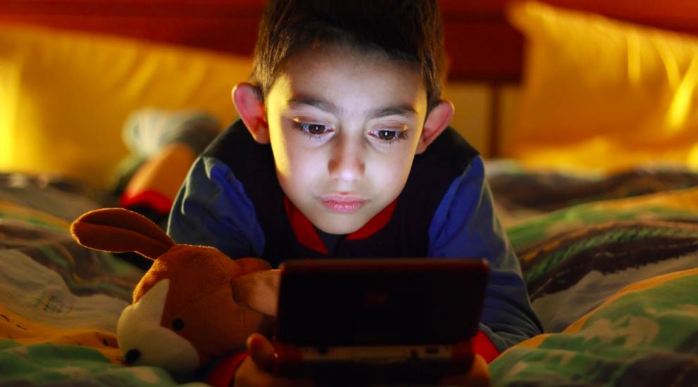小型ゲーム機が子供の勉強や睡眠時間の邪魔をする
